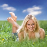 beautiful_blonde_model_in_green_meadows