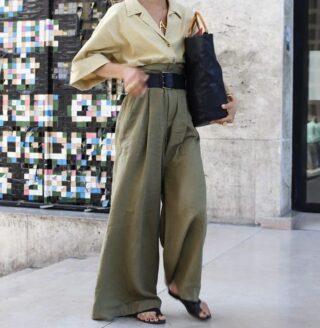 Оversize с широкими штанинами - образ, в котором ничего другого не нужно Чистое удовольствие смотреть на повседневные образы, в которых каждый элемент сшит из внушительного количества ткани. Они сразу становятся не такими уж и повседневными, хотя куда уж проще: брюки, свитер. Возможно, под свитером рубашка. На ноги можно надевать кеды, массивные кроссовки или остроносые ботильоны/туфли. Длинные брюки должны быть длинными: спускаться до земли. Если это невозможно (предстоит идти пешком, а на улице — то, что у нас обычно зимой на улице), то можно рассмотреть укороченные широкие брюки и хлопковые носки (везде, где голая щиколотка можно надеть носки) Такой образ самодостаточный от и до и не требует дополнительной одежды, разве что аксессуары. #стиль #style