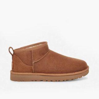 В каждом сезоне есть такая пара обуви, которая «главнее из всех своих сородичей». Мини-угги снова в тренде. Ну «правят они балом» в Вашем обувном гардеробе или нет, решать только Вам! Что такие угги- это мягкие «валенки» с подкладкой из короткой шерсти. Мнения о них разделяются: либо ненавидите, либо любите угги. Также продолжаются споры о том, действительно ли это обувь для улицы. Классические замшевые угги - никак не водонепроницаемы, но многие продолжают носить их как зимние сапоги. Другие просто считают их отвратительными. Но видите, модницы вновь обращаются к ним. Так или иначе, в 2021-м мини-угги официально снова в моде. Этой зимой Эмили Ратаковски, Ирина Шейк, Кендалл Дженнер и другие селебрити уже успели выгулять свою укороченную пару UGG - теперь известные сапоги выглядят совершенно иначе. Эта модель называется Classic Ultra Mini: она представляет собой скошенную сверху версию более высоких классических уггов, которые то выходили из моды, то вновь возвращались в нее, после того как достигли пика популярности в 2000-х. Но новые мини-угги несколько изящнее и сдержаннее своих предшественников, НО по-прежнему уютны. Они доходят только до щиколотки, не закрывая большую часть голени. #обувь #валенки #стиль #стилист